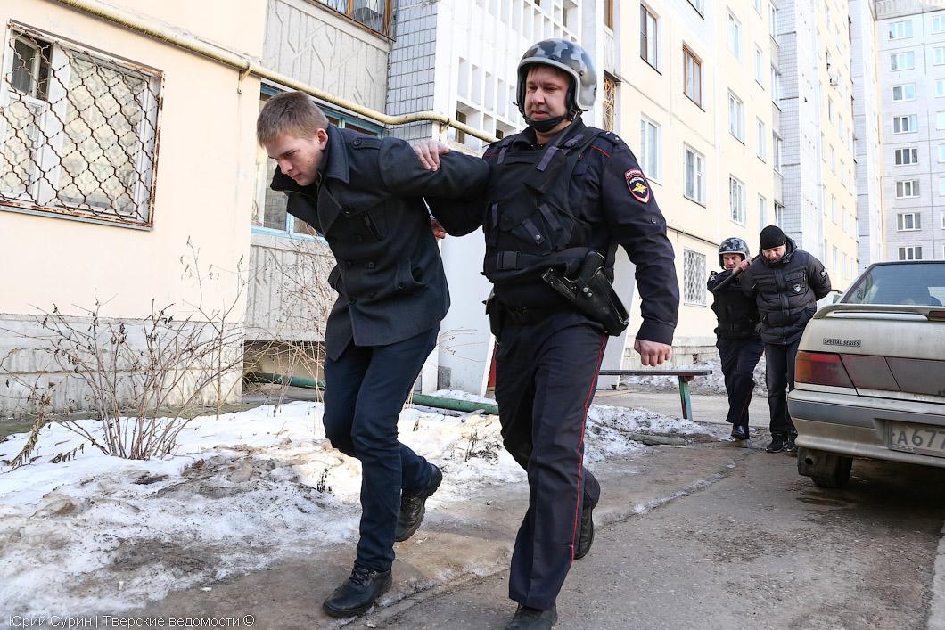 мужчина ударил полицейского