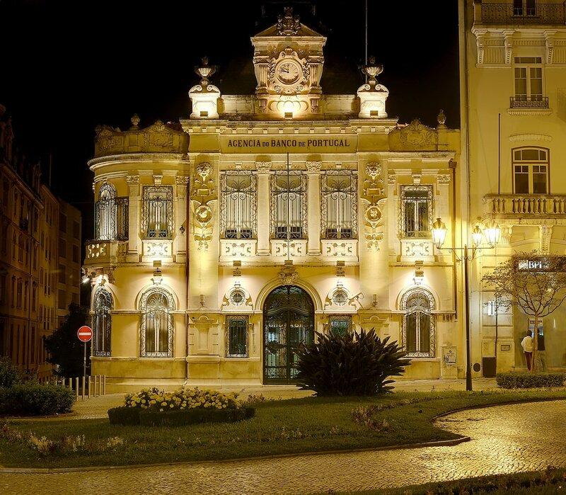 Ночная Коимбра. Здание банка Португалии