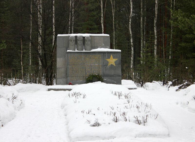 Мемориал около платформы Лемболово