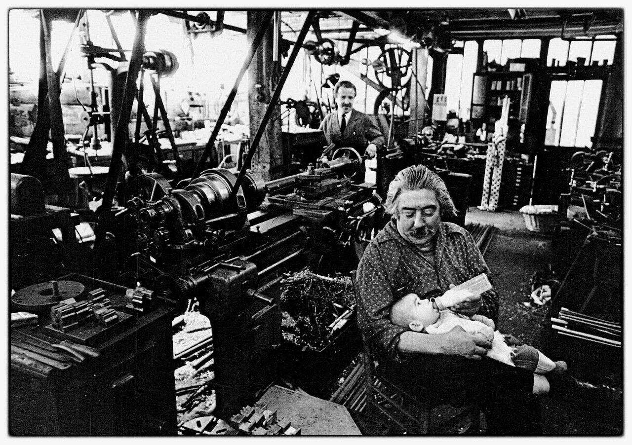 1950. Алексис с бутылкой в механической мастерской в Сен-Мор (Валь-де-Марн)