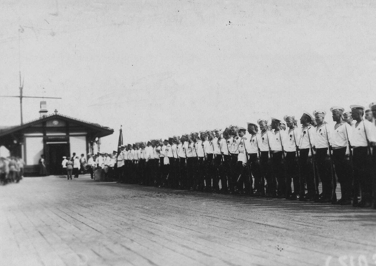 53. Почетный караул 1-го Балтийского флотского экипажа в ожидании прибытия Р.Пуанкаре на Петергофской пристани.
