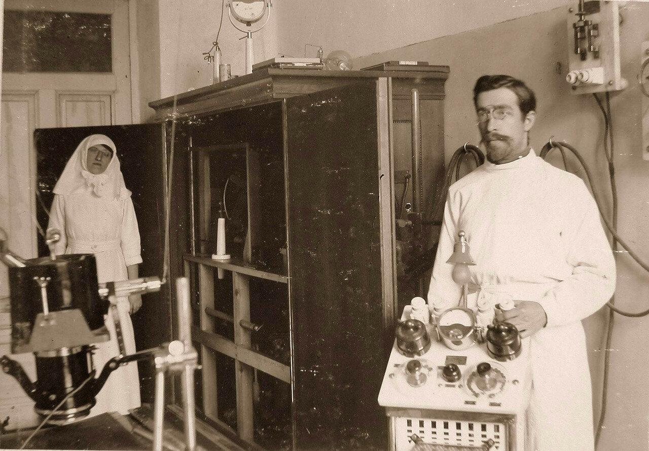 25. Врач и сестра милосердия в рентгеновском кабинете офицерского лазарета