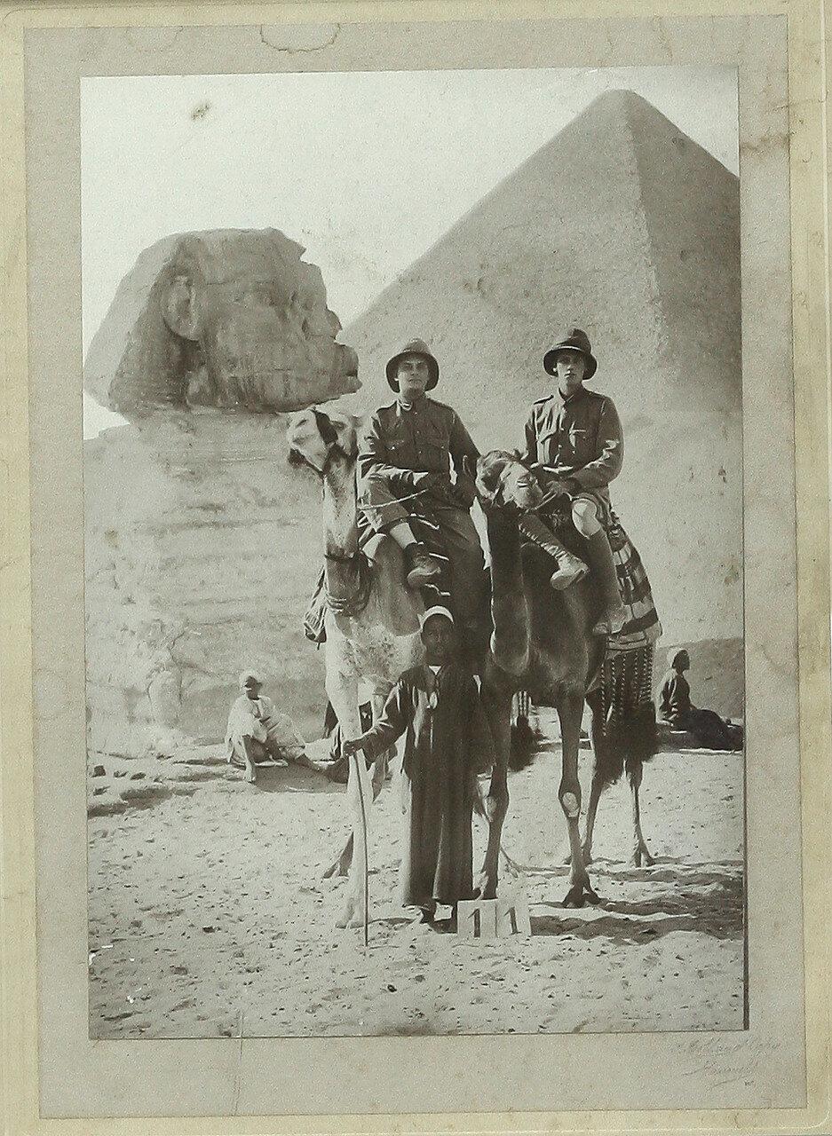 Гиза. Британские военные возле Сфинкса