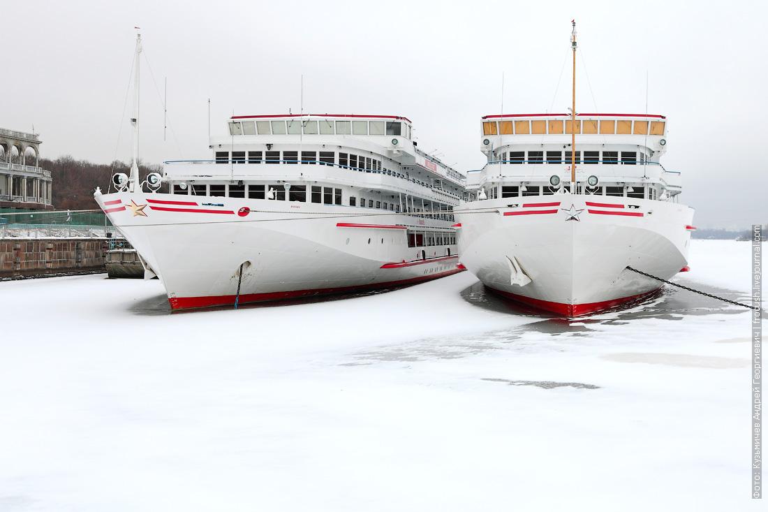 теплоход Зосима Шашков зимой 2014 - 2015 года на зимовке в Химкинском водохранилище