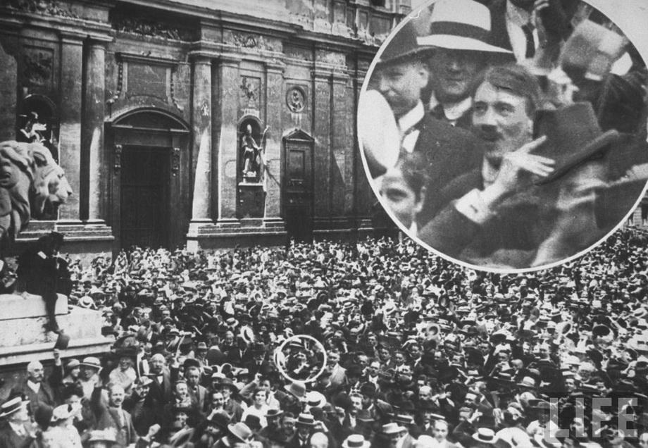 Гитлер в толпе на Odeonplatz в ходе мобилизации немецкой армии в период Первой мировой войны. Мюнхен, 2 августа 1914 г.