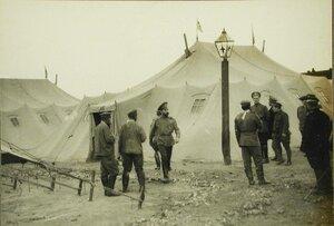Русские офицеры и солдаты у палаток полевого лагеря.