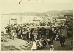 Вид части побережья, где отдыхает местная публика во время второго концерта музыкантов эскадры