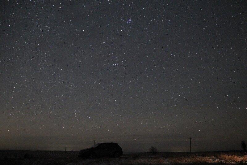 Ночное небо, созвездие Плеяд и силуэт машины 23 ноября 2014 г. Астрономический выезд в Шалегово (Оричи, Кировская область)