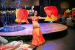 Олеся Астман танцует с веерами вейлами в ресторане Райхона