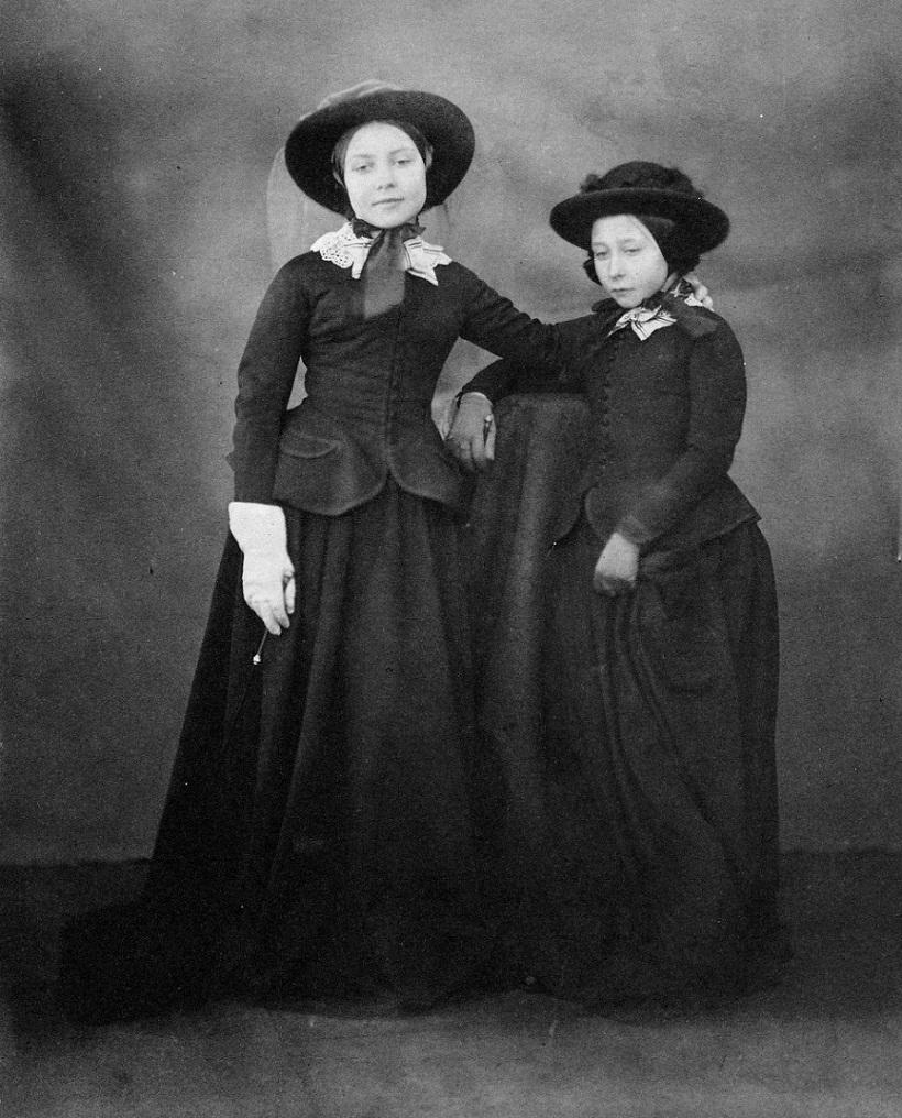 Принцесса Алиса со старшей сестрой Викторией.