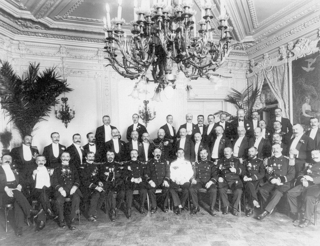 120. Группа французских офицеров в ресторане Кюба (Каменноостровский пр., 24)