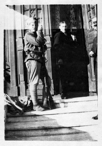1918. Вологда. Красногвардейцы перед посольством Франции
