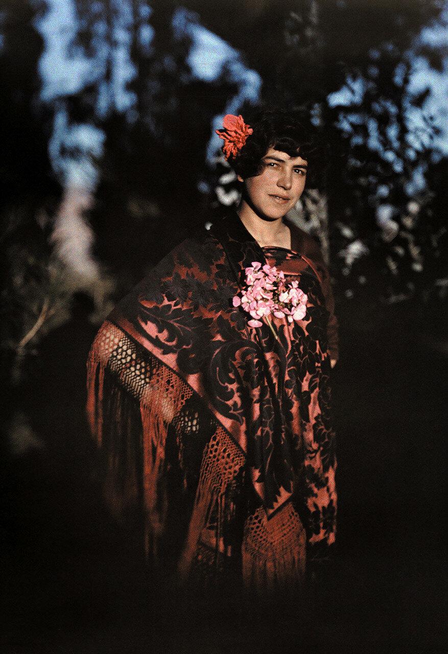 1927. Боливия. Дочь конкистадора позирует в е пончо в Ла-Пасе, Боливия