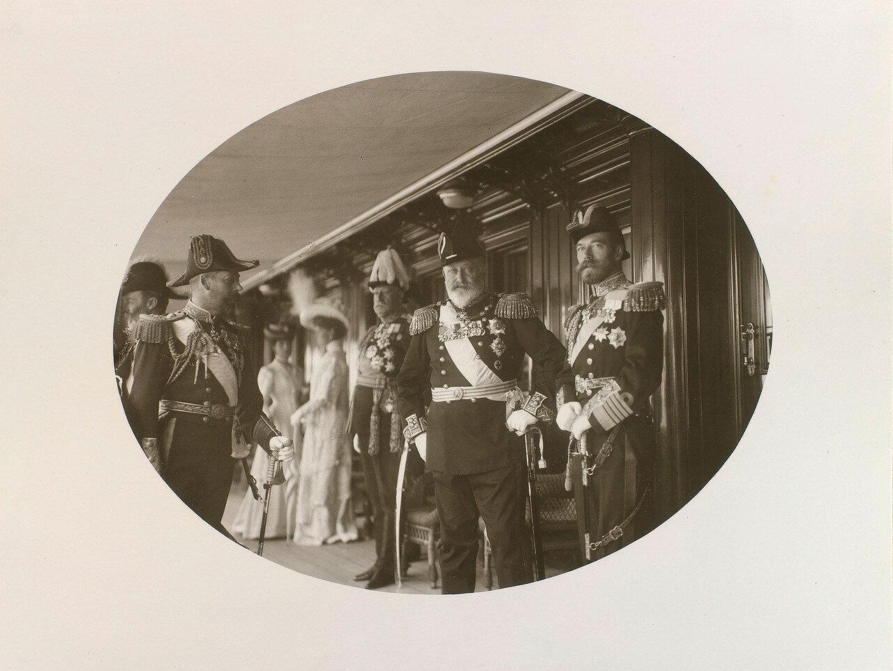 Король Эдуард VII, король Георг V, тогда еще принц Уэльский и Николай II на палубе Императорской яхты «Штандарт»