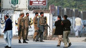 Экстремисты убили более 100 детей в пакистанской школе