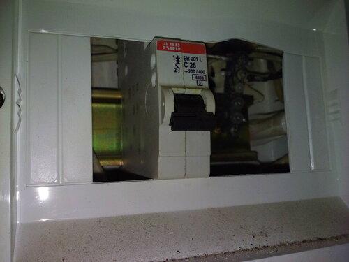 Срочный вызов электрика аварийной службы в квартиру из-за отгорания нулевой шины в этажном щитке