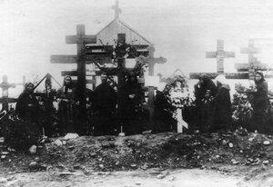 Родственники на могилах расстрелянных рабочих. 1912г. Ленские прииски.