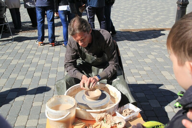 Гончар за работой - «Вятский Арбат» в день города-2015 на пешеходной улице Спасской