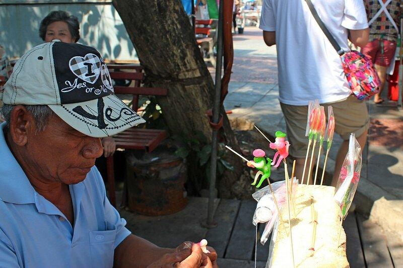 Карамель на палочке в виде обезьяны-рыбака с удочкой. Плавучий рынок Талинг Чан