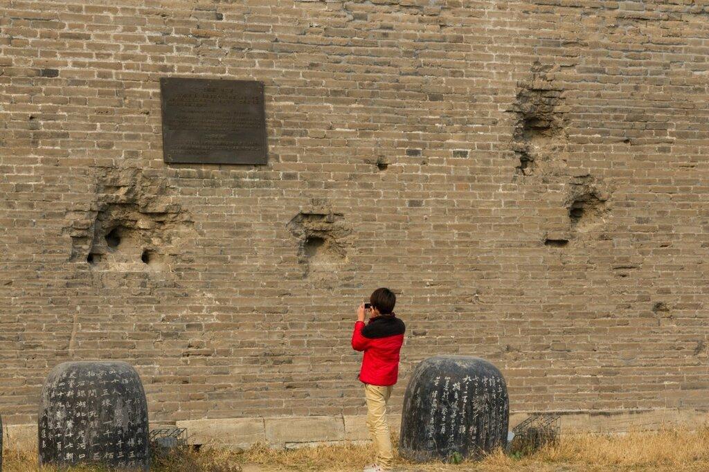 Следы от разрывов снарядов на стене крепости Ваньпин