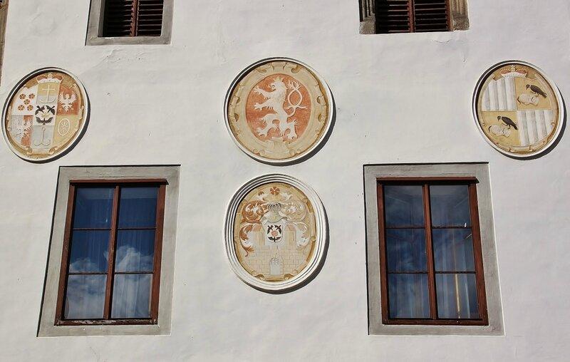 Гербы на стене Ратуши