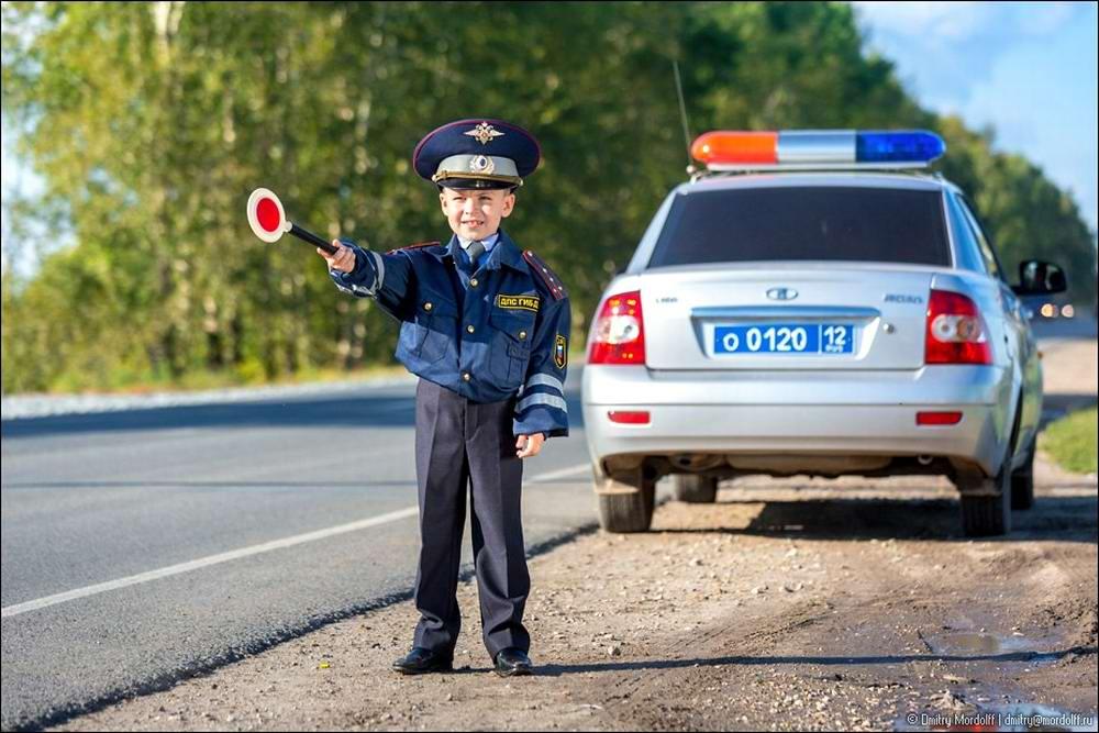 Дети на снимках из серии Люди мужественных профессий: полицейские и космонавты (10)