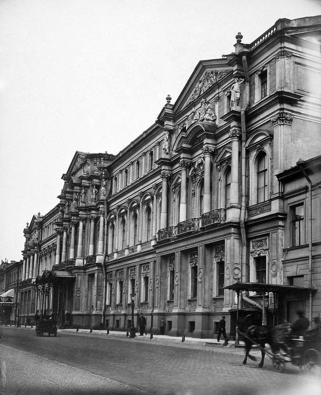 Фасад Ново-Михайловского дворца со стороны набережной Невы