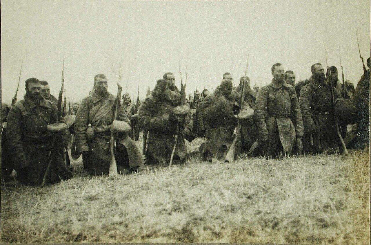 64. Солдаты и офицеры одной из армейских частей во время богослужения