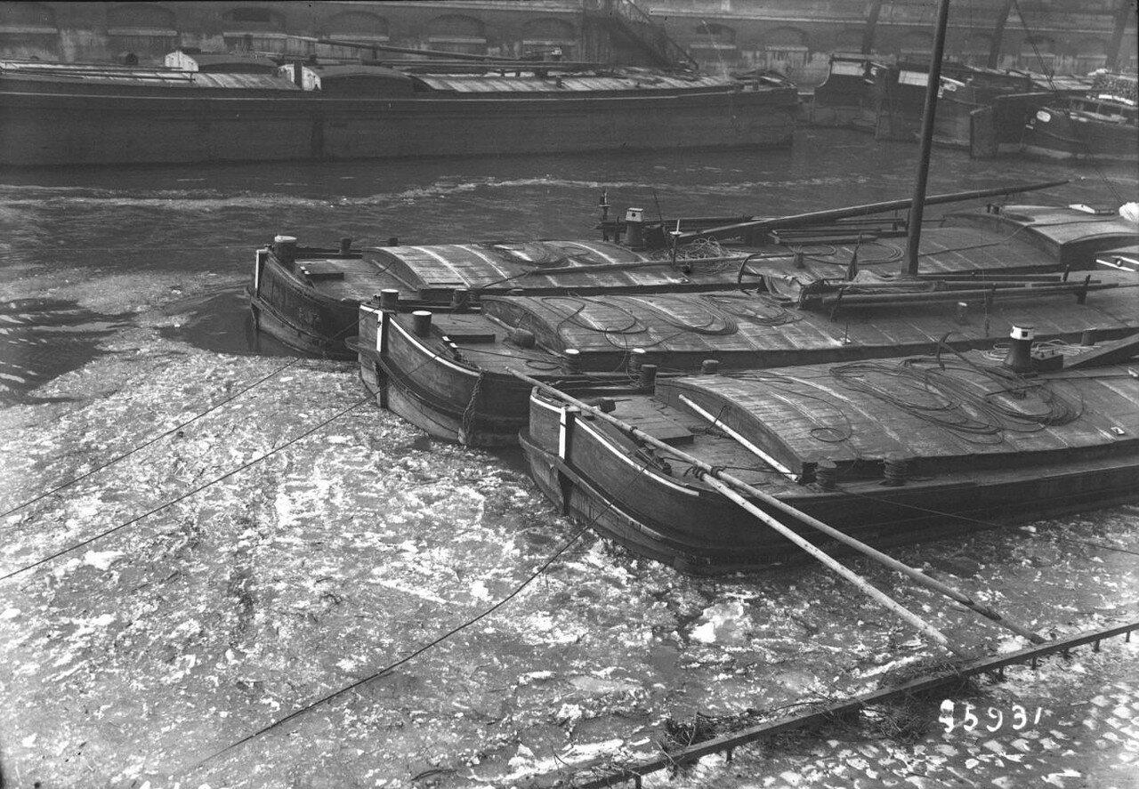 1914, 17 января, Баржи, скованные льдом Сены