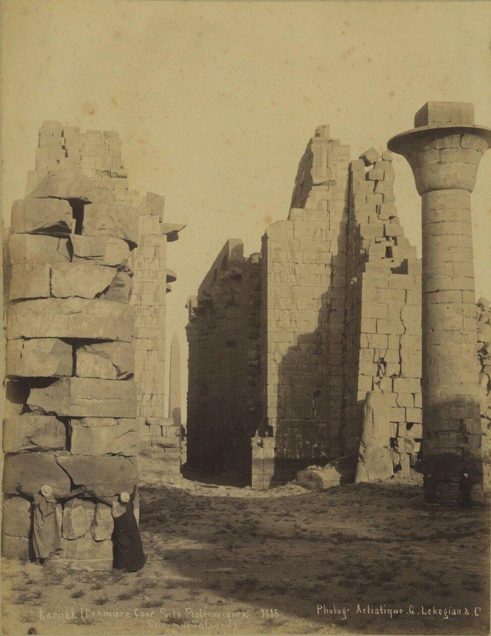Карнак. Первый двор храма