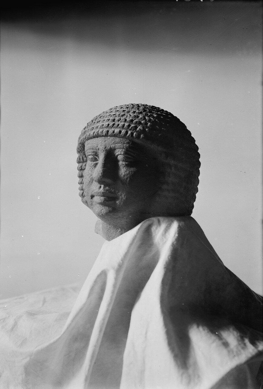 Гиза. Четвертая пирамида. Базальтовая глава найденная при раскопках. 1934