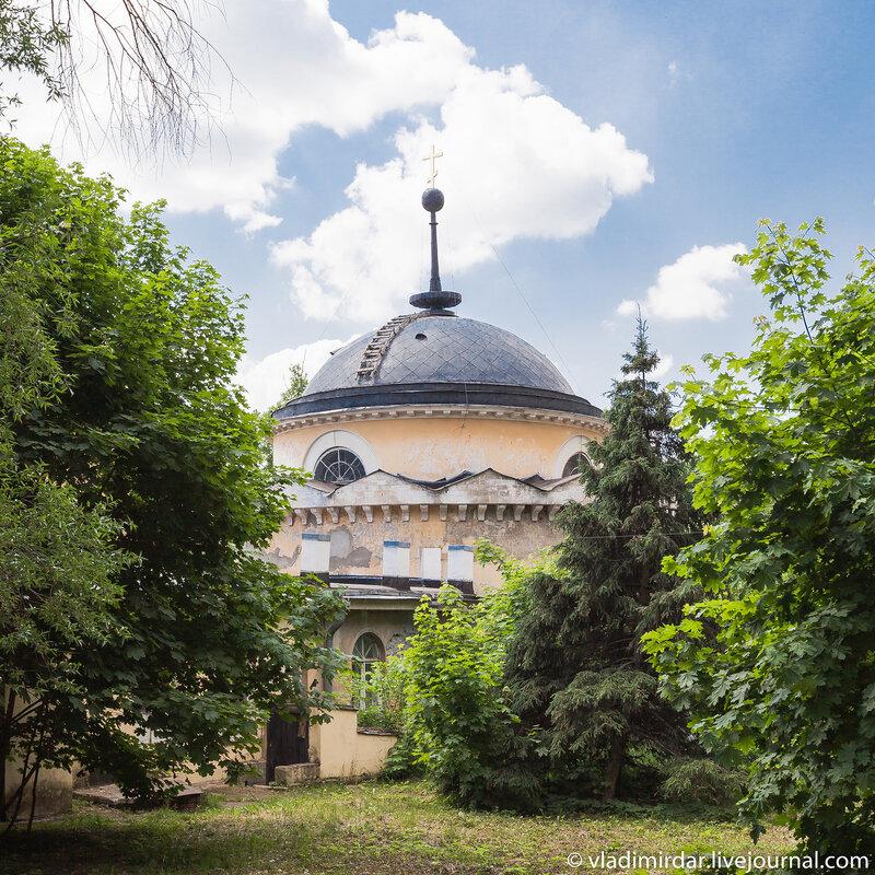 Усыпальница князей Волконских - вид со двора. Усадьба Суханово.