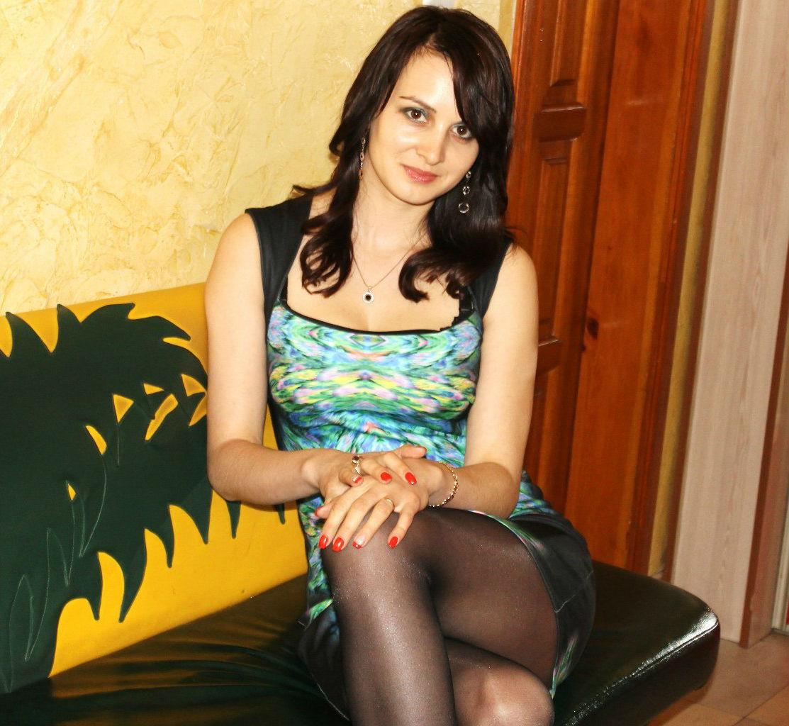 Кареглазая девушка в колготках на диване