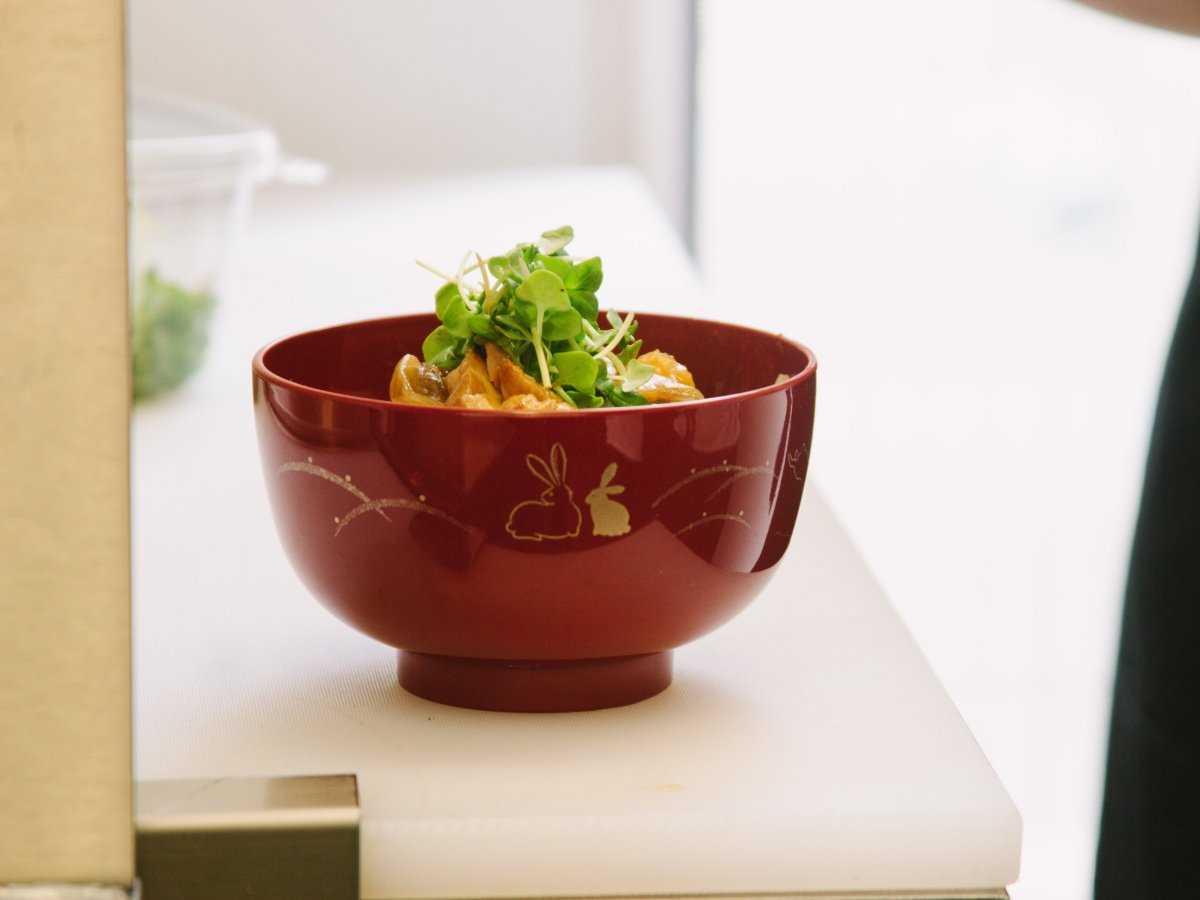 16. Блюдо предлагается в красивой посуде, хотя и приготовлено в фургоне.