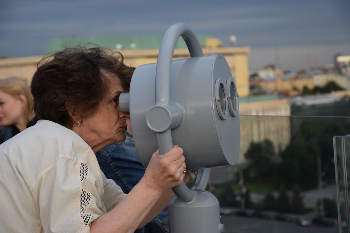 бабушка смотрит на Москву