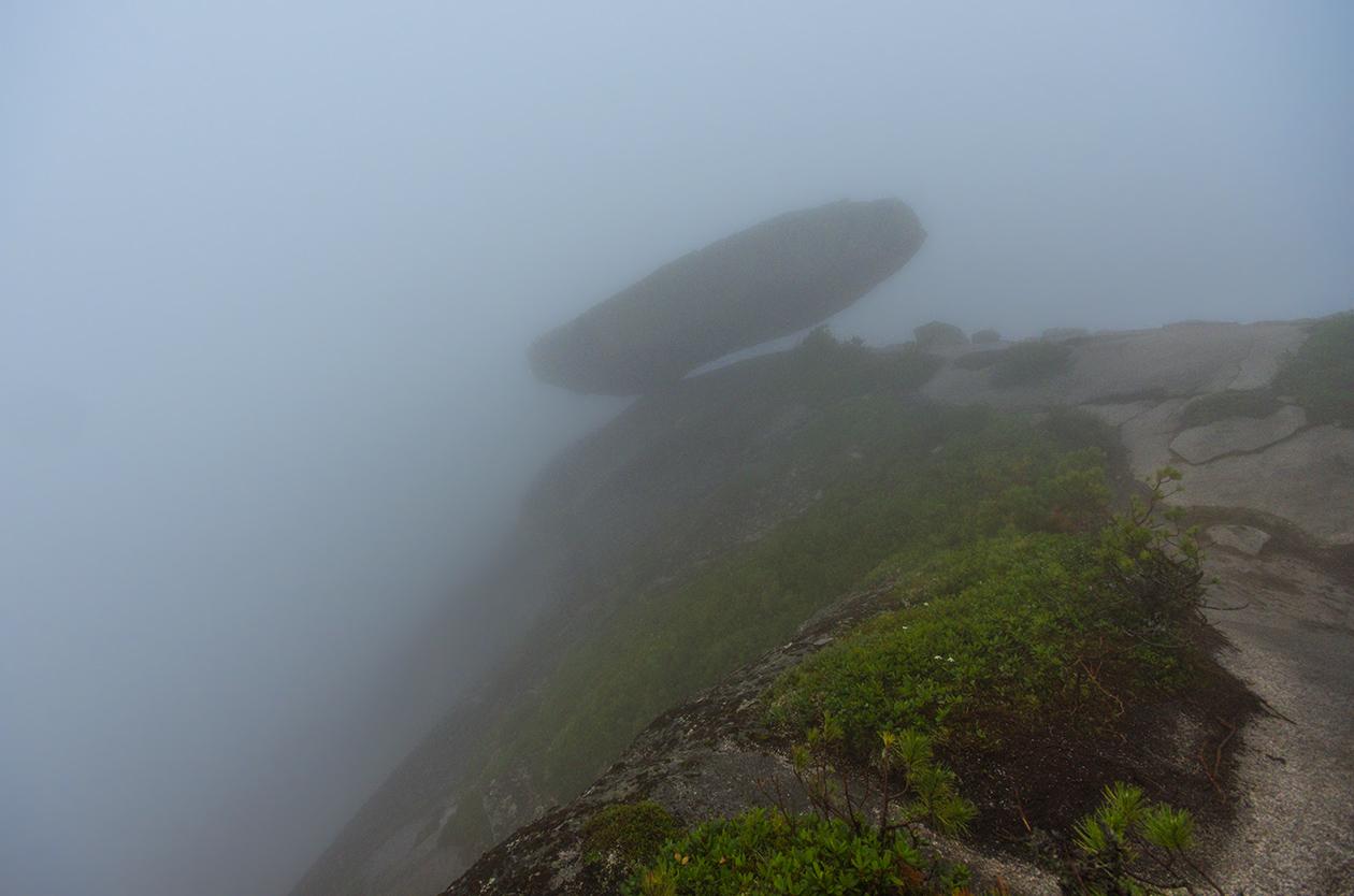 Висячий камень внутри облака