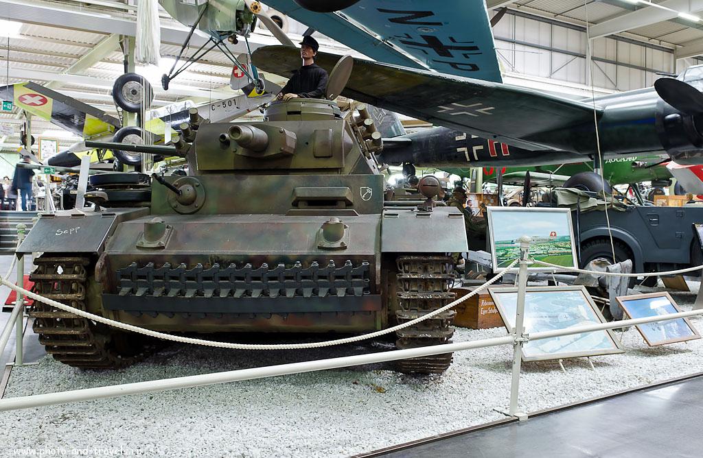 4. Panzerkampfwagen III — немецкий средний танк времён Второй мировой войны, серийно выпускавшийся с 1938 по 1943 год. Сокращёнными названиями этого танка являлись PzKpfw III, Panzer III, Pz III. Эксурсия в музей военной техники в окрестнотсях Франкфурта. (AF-S DX Zoom-Nikkor 17-55mm f/2.8G IF-ED, 1 секунда, f/8, 22 мм, 100)