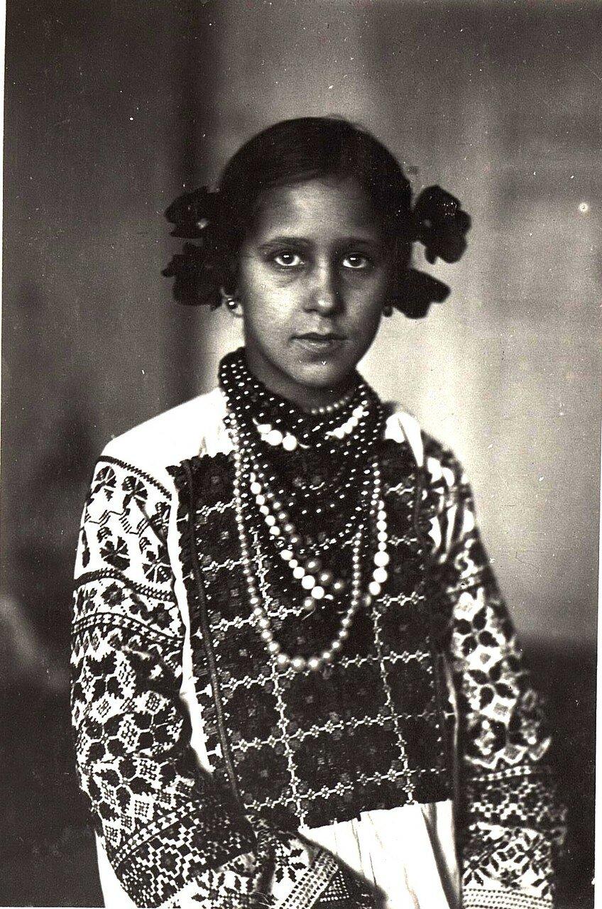 Украинская девочка в национальном костюме