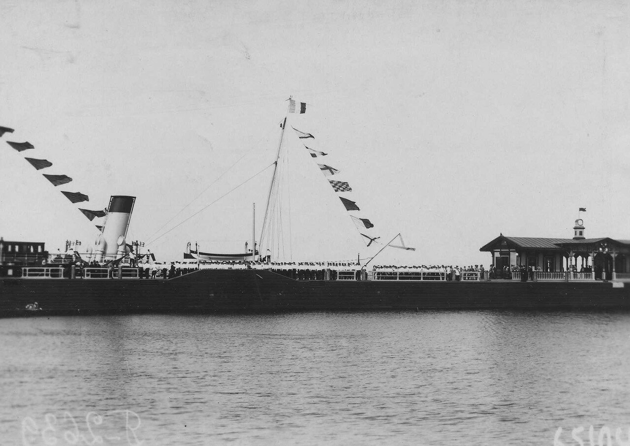 25. Почетный караул 1-го Балтийского флотского экипажа на Петергофской пристани встречает Р.Пуанкаре, прибывшего на императорской яхте «Александрия». 7 июля 1914