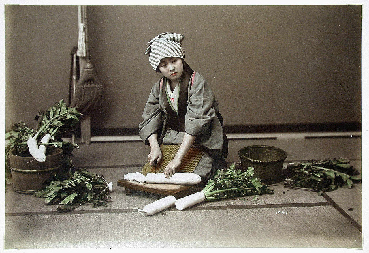 Женщина режет дайкон