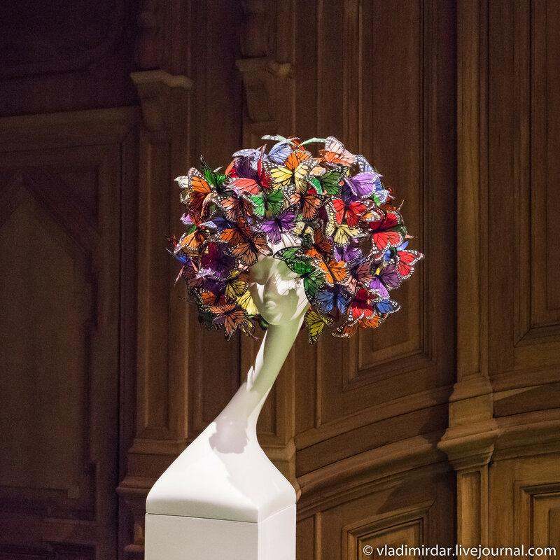 Афро из бабочек. Неделя Высокой Моды. Париж. 2003. Расписанные вручную бабочки из перьев.