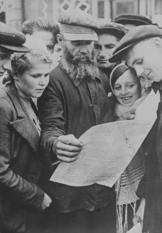 Жители оккупированного Киева читают газету.