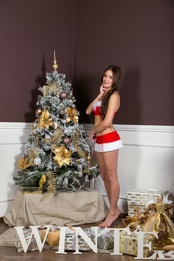 Снегурочка у новогодней елки