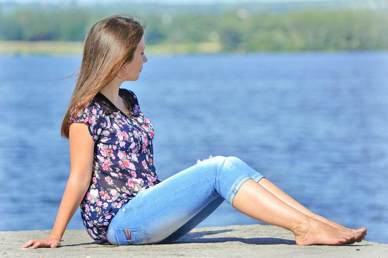 Девчонка в бриджах босиком возле озера