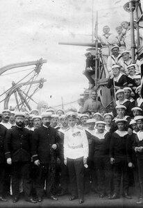Русский офицер на верхней палубе корабля Конде среди французских матросов.