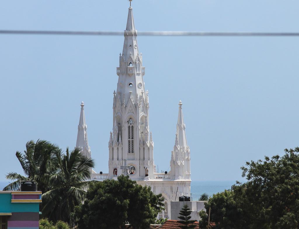 Фотография 20. Каньякумари. Католический храм, проплывающий за окном машины. Церковь нашей Девы Рансом. Путешествия по Индии