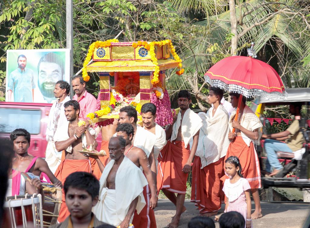 Фотография 12. В индийской деревушке процессия индусов с Гнешой на плечах. Рассказ об отдыхе в штате Керала