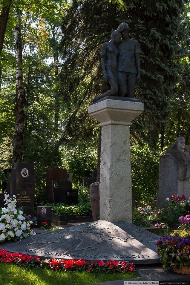 Могила Игоря Моисеева на Новодевичьем кладбище