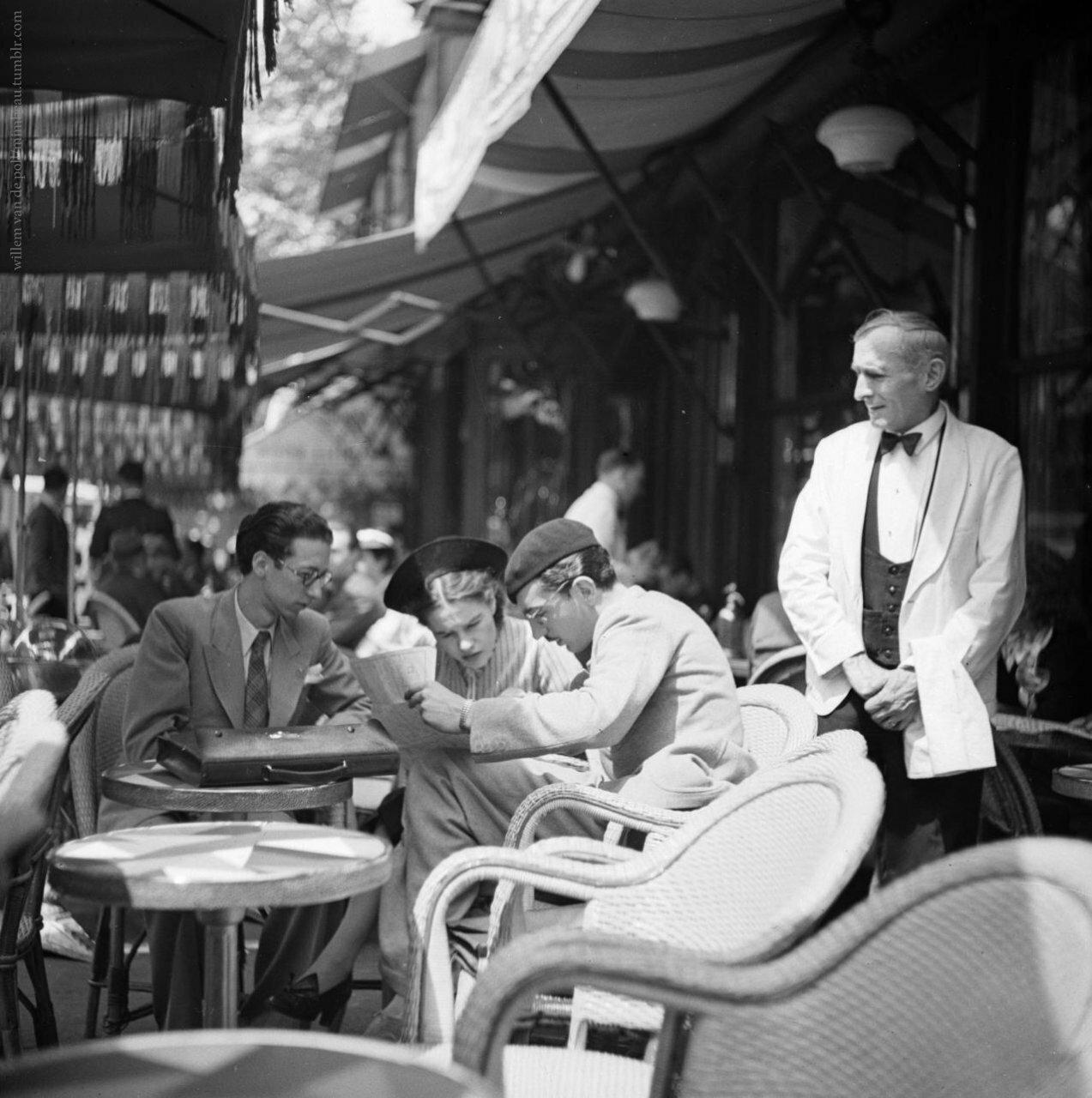 1948. Студенты на террасе в кафе