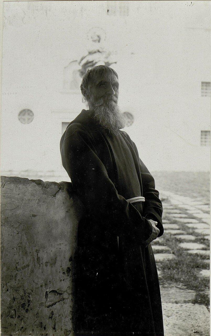 Галиция. Монах из монастыря в Олеско
